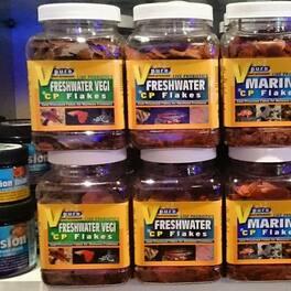 Les nouveaux Flocons spécifique pour eau douce et marin . Avec un spécifique veggies pour les poissons herbivores. Dispo en boutiques